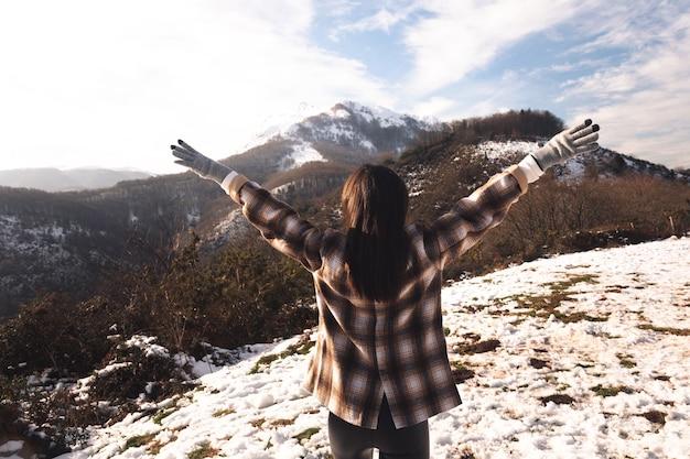Mulher jovem curtindo a montanha de neve