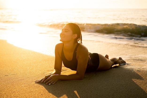 Mulher jovem curtindo o tempo na praia