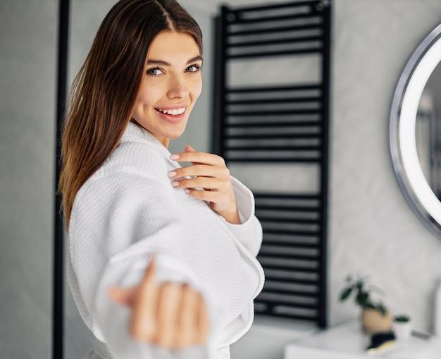 Mulher jovem curtindo sua rotina matinal