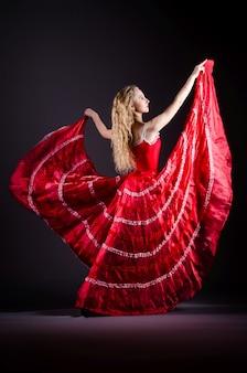 Mulher jovem, dançar, em, vestido vermelho