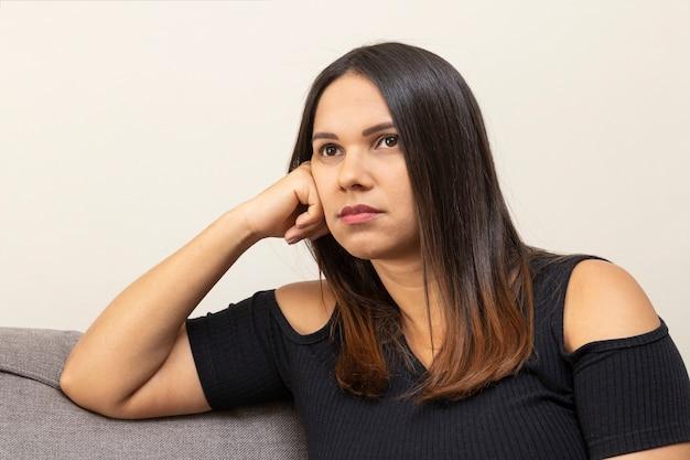 Mulher jovem de 30 anos, definida, triste.