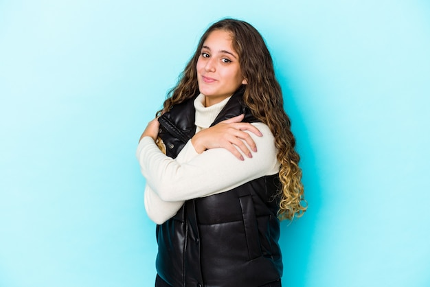 Mulher jovem de cabelo encaracolado caucasiano isolada abraços, sorrindo despreocupada e feliz.
