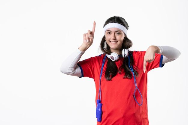 Mulher jovem de frente com roupas esportivas