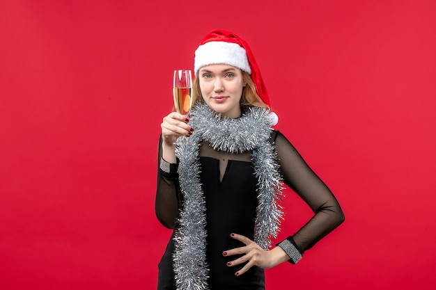 Mulher jovem de frente para celebrar o ano novo nas emoções do feriado do natal