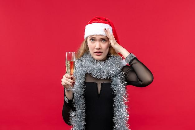 Mulher jovem de frente para celebrar o ano novo no piso vermelho férias natal emoção