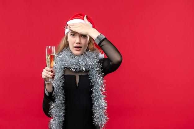 Mulher jovem de frente para comemorar o ano novo no red desk feriado natal emoção