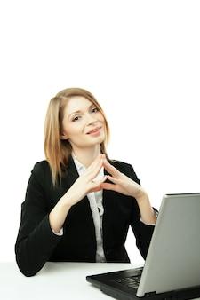 Mulher jovem de negócios com caderno isolado sobre fundo branco