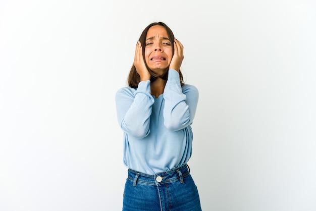 Mulher jovem de raça mista chorando, infeliz com o conceito de algo, agonia e confusão.
