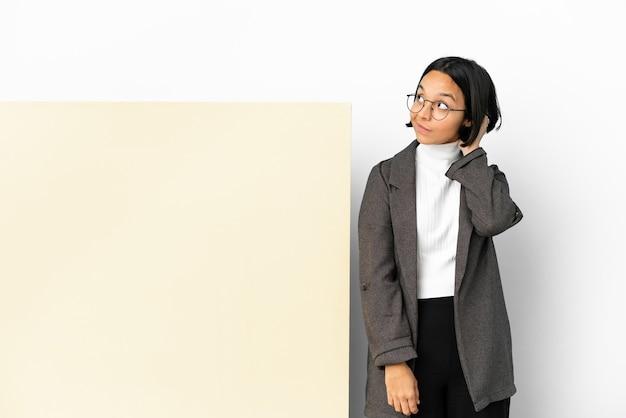 Mulher jovem de raça mista com um grande banner isolado de fundo pensando em uma ideia.