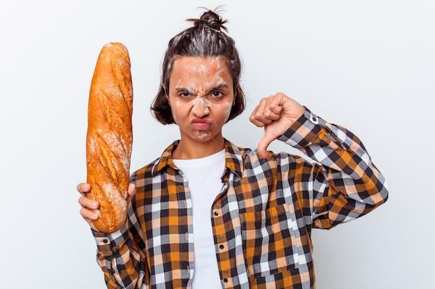 Mulher jovem de raça mista fazendo pão isolado no fundo branco, mostrando um gesto de antipatia, polegares para baixo. conceito de desacordo.