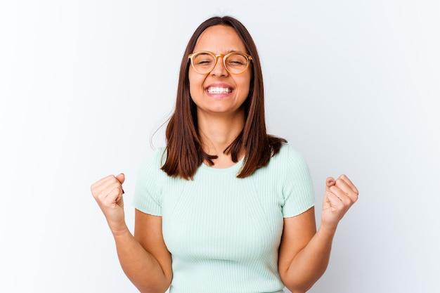 Mulher jovem de raça mista isolada comemorando uma vitória, paixão e entusiasmo, expressão feliz.