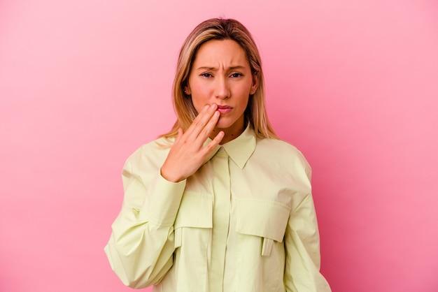 Mulher jovem de raça mista isolada na parede rosa, tendo uma forte dor nos dentes, dor molar.