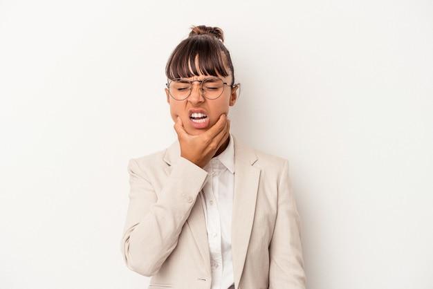 Mulher jovem de raça mista isolada no fundo branco, tendo uma forte dor nos dentes, dor molar.