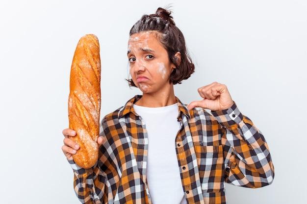Mulher jovem de raça mista que faz pão isolado no fundo branco sente-se orgulhosa e autoconfiante, exemplo a seguir.