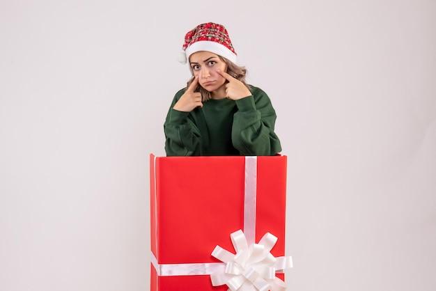Mulher jovem dentro da caixa de presente