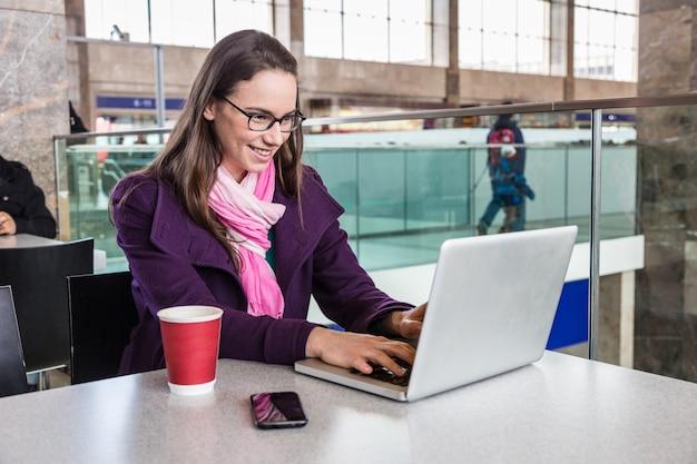 Mulher jovem, dentro, treine estação, ou, aeroporto