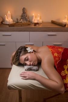Mulher jovem descansando em uma mesa de massagem