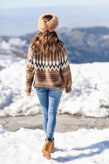 Mulher jovem, desfrutando, a, nevado, montanhas, em, inverno