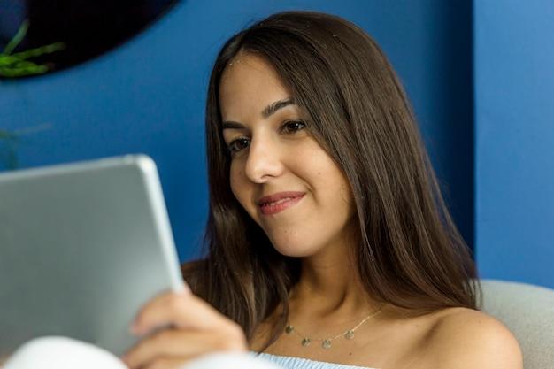 Mulher jovem, desfrutando, novas tecnologias