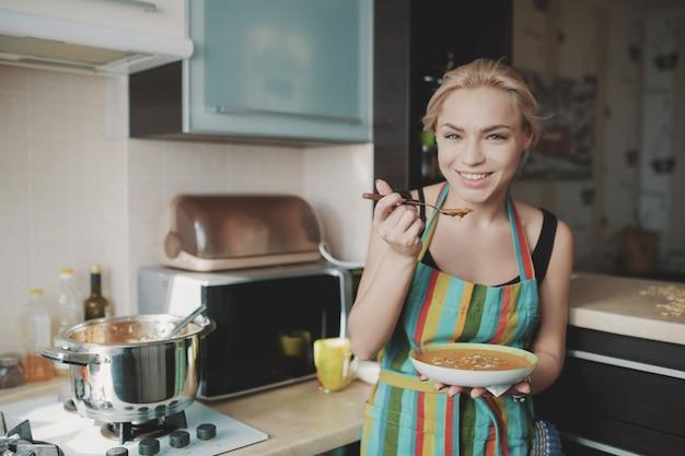 Mulher jovem, desfrutando, sopa abóbora