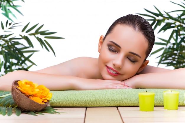 Mulher jovem, desfrutando, tratamento spa