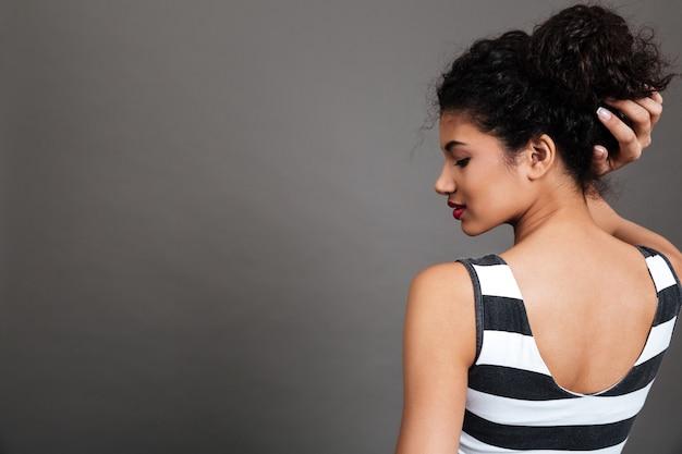 Mulher jovem, desgastar, blusa listrada