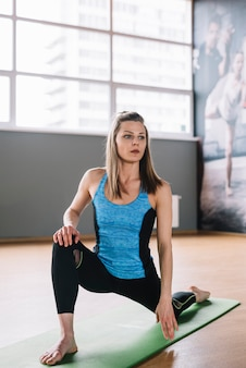 Mulher jovem, desgastar, desgaste esporte, exercitar, em, ginásio
