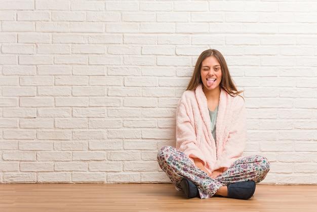 Mulher jovem, desgastar, pyjama, funnny, e, amigável, mostrando, língua