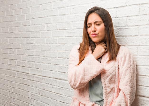 Mulher jovem, desgastar, pyjama, tossir, doente, devido, um, vírus, ou, infecção