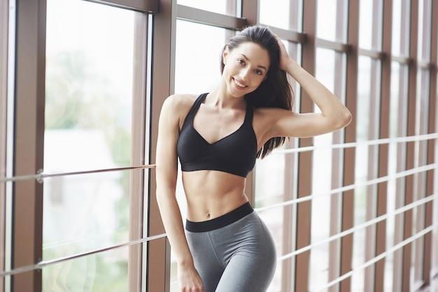 Mulher jovem desportiva sexy no ginásio.