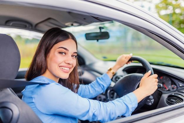Mulher jovem, dirigindo carro