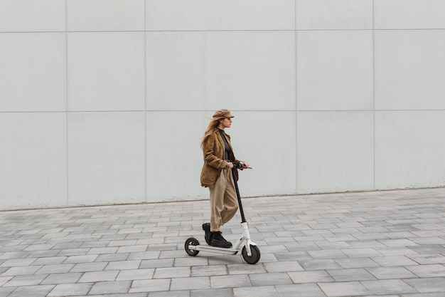 Mulher jovem dirigindo uma scooter elétrica