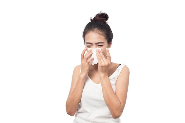 Mulher jovem doente com alergia e espirros em tecido isolado