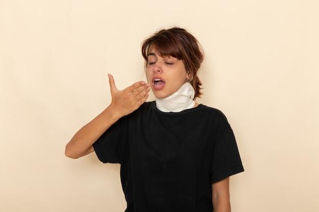 Mulher jovem doente de vista frontal com alta temperatura e mal-estar espirrando na superfície branca