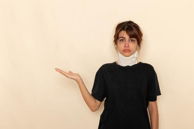 Mulher jovem doente de vista frontal com alta temperatura e se sentindo mal na superfície branca