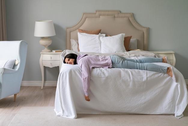 Mulher jovem dormindo em casa