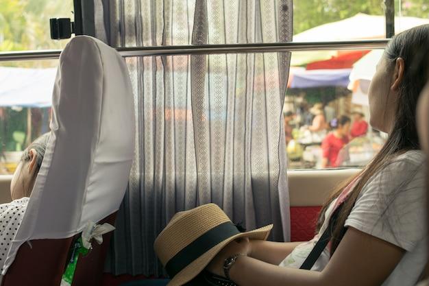 Mulher jovem, dormir, em, turista, car