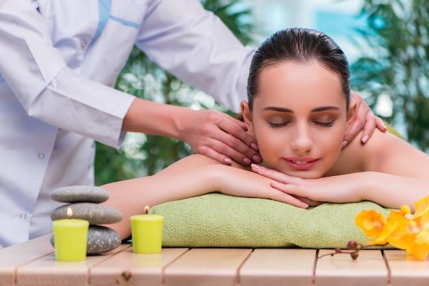 Mulher jovem, durante, sessão massagem