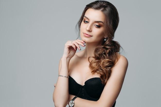 Mulher jovem e atraente atraente pensativa