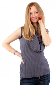 Mulher jovem e atraente chamando por telefone celular