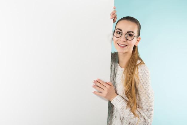 Mulher jovem e atraente com banner em branco