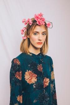Mulher jovem e atraente com coroa de flores na cabeça
