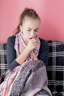 Mulher jovem e atraente com dor de garganta