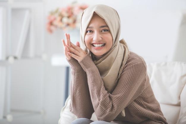 Mulher jovem e atraente com lenço na cabeça sorrindo