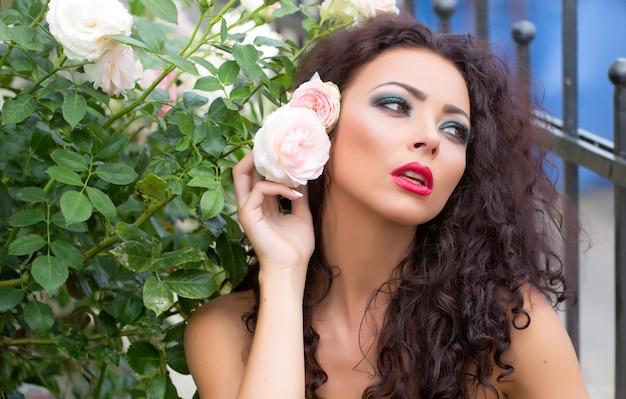 Mulher jovem e atraente com maquiagem brilhante de moda