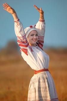 Mulher jovem e atraente com uma camisa de linho bordada. roupas nacionais ucranianas.