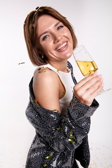 Mulher jovem e atraente comemorando a véspera de ano novo
