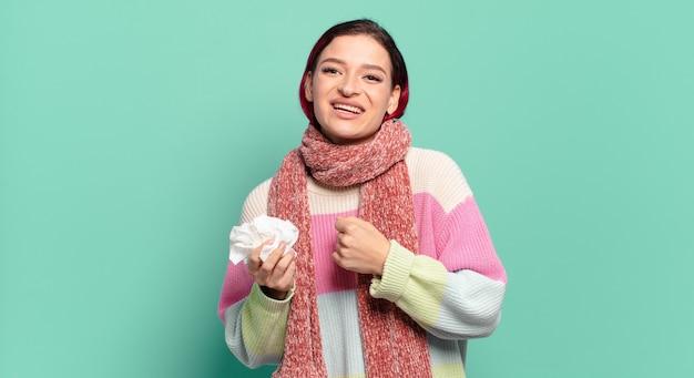 Mulher jovem e atraente de cabelo ruivo se sentindo feliz, positiva e bem-sucedida, motivada para enfrentar um desafio ou celebrar bons resultados conceito de gripe
