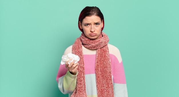 Mulher jovem e atraente de cabelo vermelho se sentindo triste e choramingando com uma aparência infeliz, chorando com uma atitude negativa e frustrada.