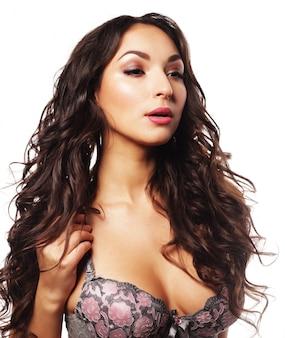 Mulher jovem e atraente em lingerie sexy isolada no branco